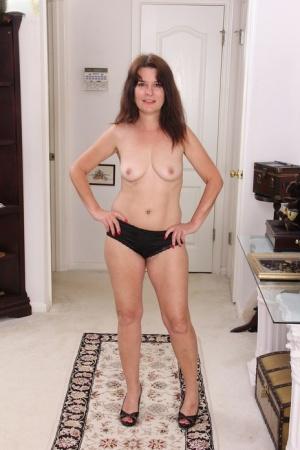 Middle-aged housewife Bridget Calling parts her natural pussy after undressing