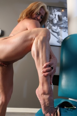 Hot mature bodybuilder Wanda Moore flexes her muscles in naked gym workout