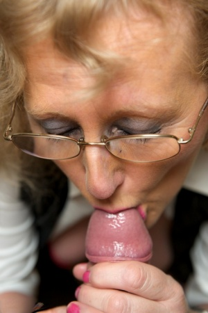 Mature blonde lady ClaireKnight fingers her pussy before giving head