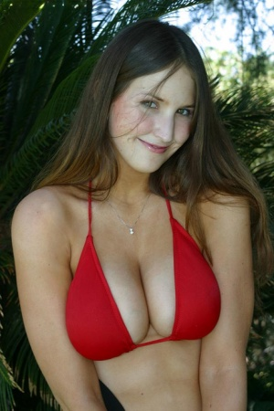 Amateur model Mandy releases big naturals from bikini as she gets naked