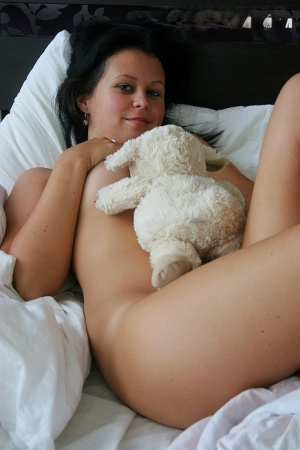 Brunette amateur has her pussy ate out after topping it with jam