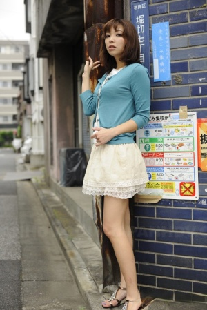 Hot Japanese girl models non nude in a thigh length skirt out on the streets 66507102