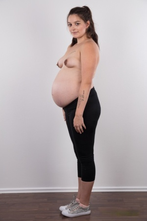 Solo girl Tereza makes her nude modelling debut while heavily pregnant