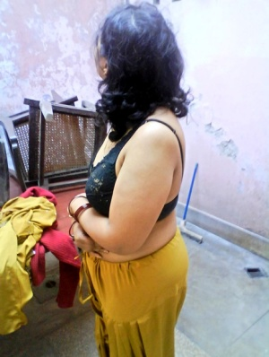 Plump Indian wife uncovers large breasts before showing her fat ass