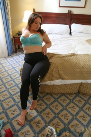 Thick amateur Kimberlee Rose fingers her pussy on top her bed
