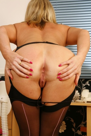 Mature MILF Tonya toys her snatch in backseam nylons and heels