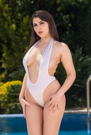 Curvaceous brunette Valentina Nappi goes pussy to mouth with a large cock 15341710