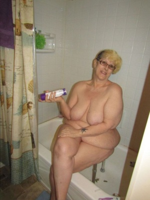 Fat granny Bunny Gram shaves her legs on the side of her bathtub