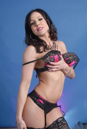 Sexy MILF Kendra Lust touts her sexy ass in a three piece lingerie