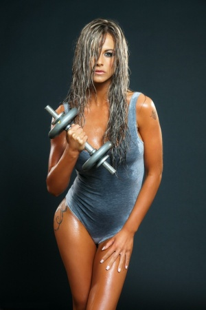 Athletic chick Ava Blue exposes her sweaty body after pumping iron