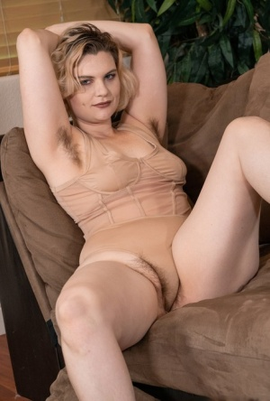 Thick amateur Quinn Helix confidently shows her furry pits and natural pussy