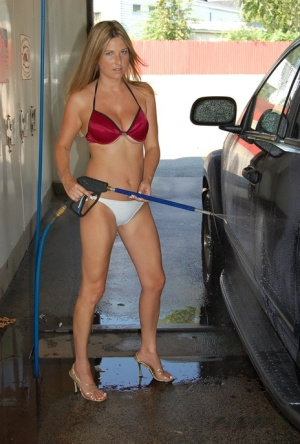 Amateur solo girl Kelly Anderson works free of bikini at the local car wash