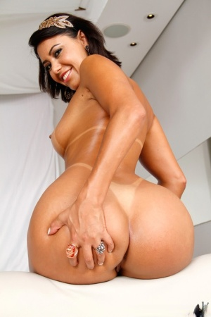 Hot Latina chick with a nice ass wants a hard fuck on the first date