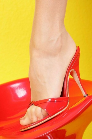 Solo model Eve touts her great legs and pretty feet while non nude