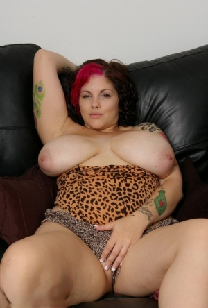 Fat tattooed chick Dors Feline exposes her enormous tits to spread legs wide