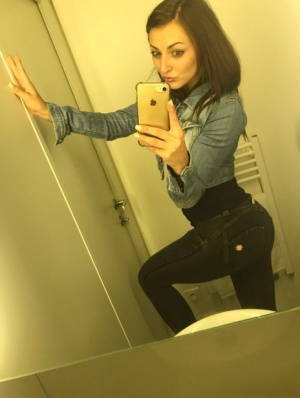 Hot solo girl takes mirror selfies to add to her dating profile 14219874