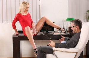 Hot blonde Vinna Reed pees on a coworker before they fuck