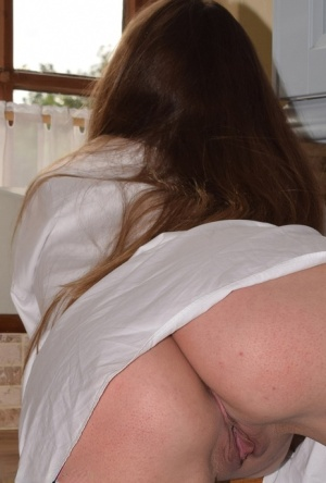 Amateur model exposes herself in a mans white shirt and stockings