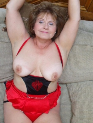 Older amateur Busty Bliss proudly unleashes her natural boobs