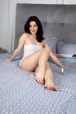 Amateur solo girl Lina Lose shows the pink of her twat atop her bed