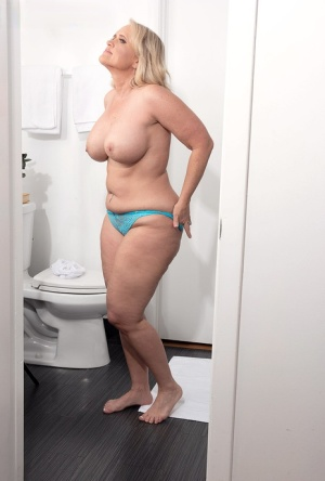 Middle-aged blonde Amber Lace hauls her fat ass to the shower after waking 28333647