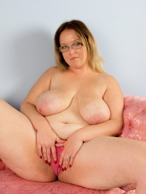 Thick amateur Sindy Bust uncups her large tits before spreading her twat