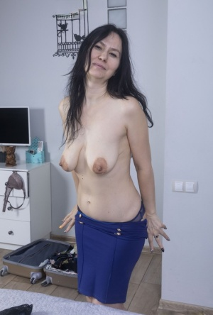 Older lady Isadora uncovers her saggy boobs before spreading her beaver