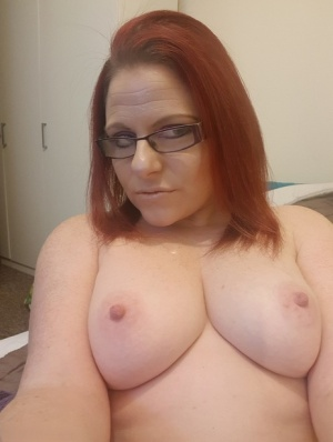 Amateur model displays her big tits and snatch with her glasses on