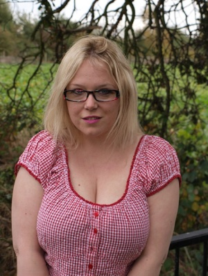 Amateur BBW Sindy Bust exposes her big boobs and twat on a countryside bridge
