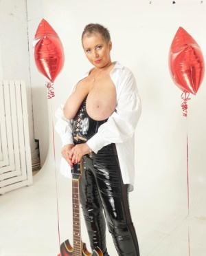 Older amateur Posh Sophia sports short hair while showing her large breasts 25075760