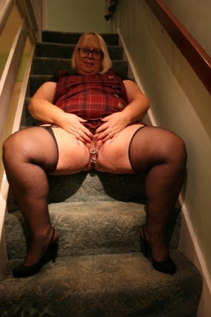 Obese UK lady Lexie Cummings spreads her pierced pussy on carpeted stairs