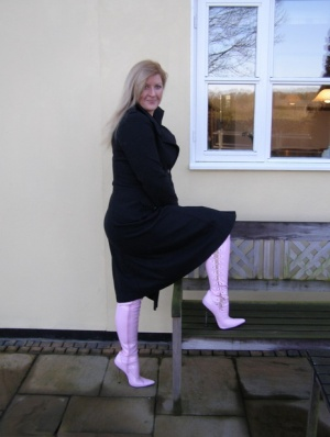 Amateur BBW Samantha poses nude in over the knee latex boots outside her house