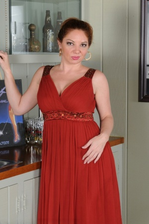 Middle-aged lady Kiki Daire shows her twat after stripping naked in kitchen