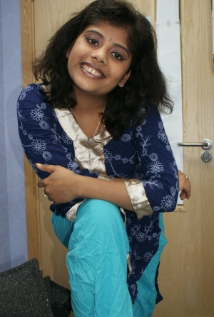 Chubby Indian female Rupali strips naked for a softcore shoot
