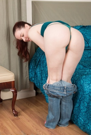 30 plus housewife Annabelle Lee touts her nice ass before showing her beaver