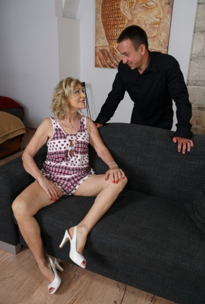 Cheating mature housewife with great legs gets busy with her young lover