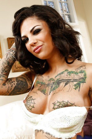 Charming babe Bonnie Rotten rubbing nipples and spreading vagina 16728979