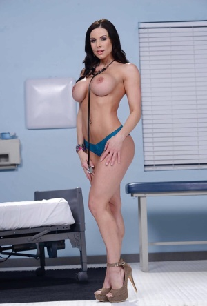 Brunette milf Kendra Lust demonstrates hot body withouth lingerie
