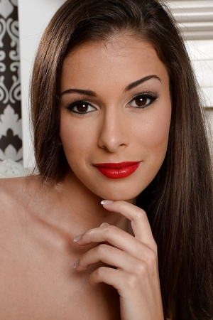 Close up posing from an sweet brunette chick Lia Taylor 34052878