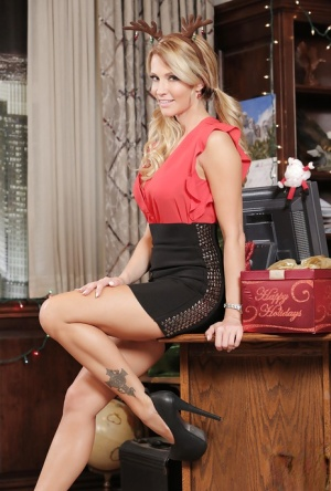 Pornstar babe Jessica Drake shows off in her awesome Christmas outfit 72810583