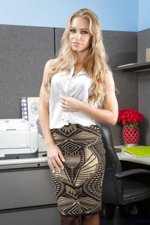 Milf blonde Nicole Aniston want to get naked after hard day working 47050215