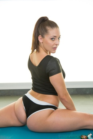 Beauty brunette Gracie Glam shows off her juicy big booty on cam