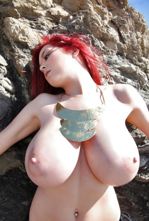 Babe with big boobies Tessa Fowler poses outdoors on the beach