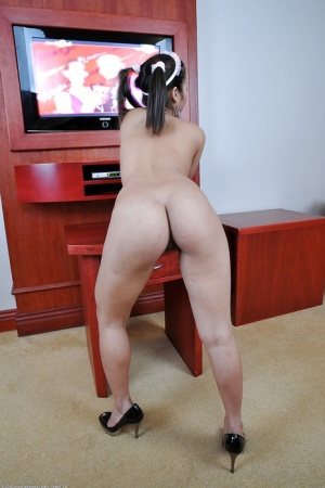 Petite Asian amateur Chelle showing off her beautiful pale curves