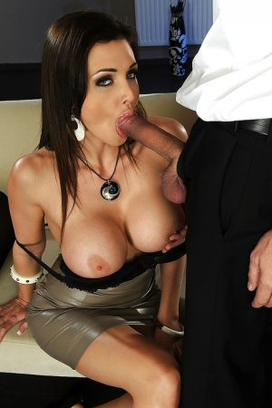 Stacked brunette wraps her duck lips around husbands long cock
