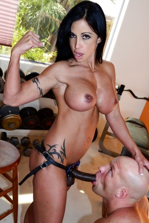 MILF pornstar Jewels Jade face sitting and pegging man in weight room