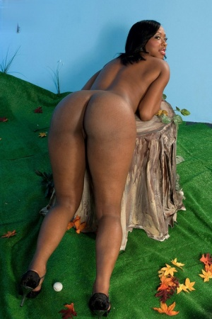 Black chick Kiki Carter flaunts her big butt before toying her bald pussy