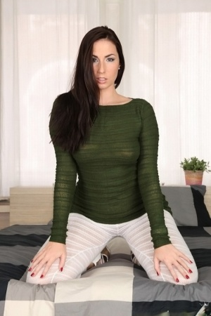 Brunette amateur Paige Turnah rolls off her leggings and spreads her twat lips
