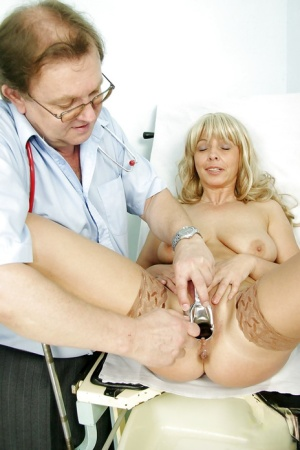 Stunning mature lady with big tits gets her cunt examed by gyno 39406048